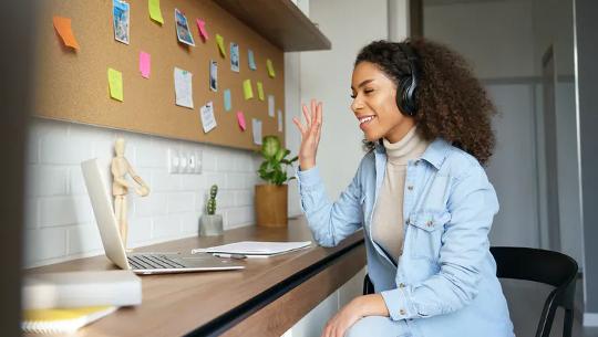 Studentin, die ein Gespräch über ihren Laptop führt