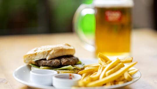 ハンバーガー、フライドポテト、ビール