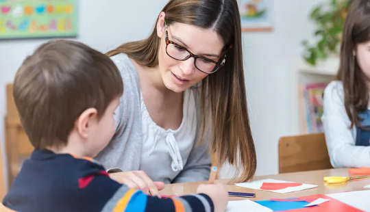 Onderwysers en ouers help kinders met hul skryfwerk deur belangstelling te toon in die skryfwerk wat hul kinders begin.