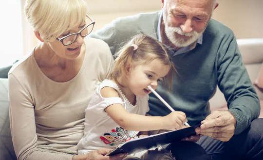 Để giúp trẻ em học cách đọc, hãy khuyến khích viết tin nhắn như một phần của trò chơi