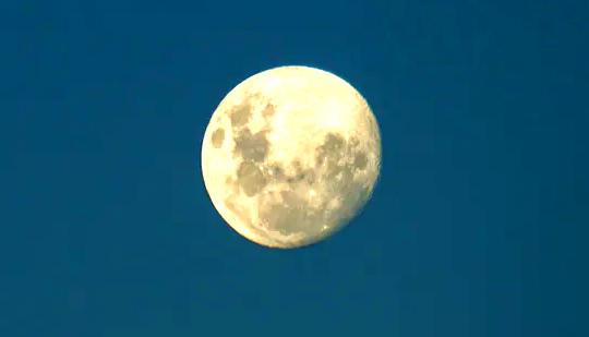 Warum ist der Mond hell? Ihre Mondfragen von einem Astronomen beantwortet