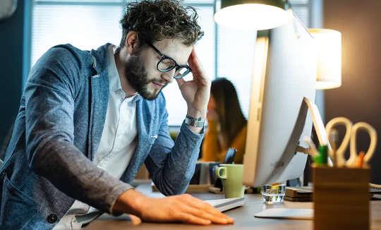 कुछ लोग काम पर अपने प्रदर्शन को बेहतर बनाने के लिए माइक्रोडोज़िंग की ओर रुख करते हैं।