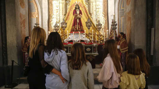 Por qué partes de la adoración del Viernes Santo han sido controvertidas