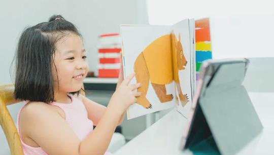 سيستفيد الأطفال المسجلين في كل من التعلم الشخصي في رياض الأطفال عبر الإنترنت عندما يساعدهم الكبار الموثوق بهم على تعلم كيفية تنظيم مشاعرهم.