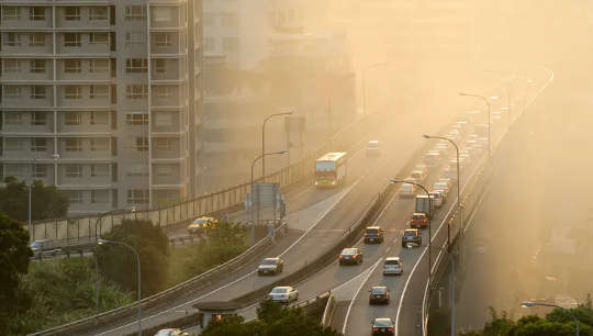 Khoảng 72% lượng phát thải khí nhà kính toàn cầu có liên quan đến các hành động của cá nhân và hộ gia đình, chẳng hạn như lái xe.