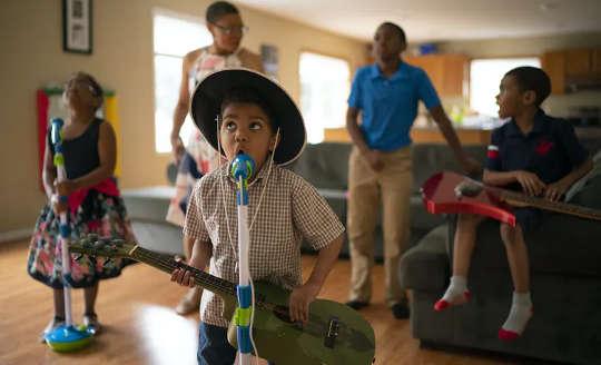 音楽教育者が自閉症の生徒が感情を発達させるのを助けることができる3つの方法