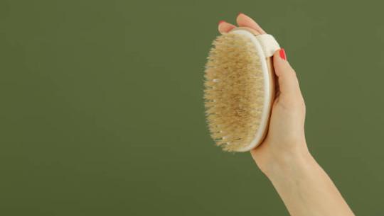 Escovar a pele para o sistema linfático