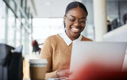 최근 대학 졸업자가 온라인 구직 활동을 향상시킬 수있는 6 가지 방법