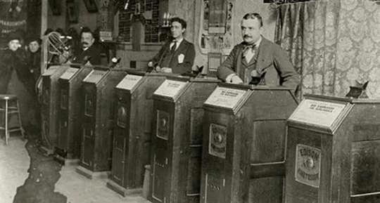 Reklame eller nyhetsfoto av en San Francisco Kinetoscope Parlor, CA. 1894–95.