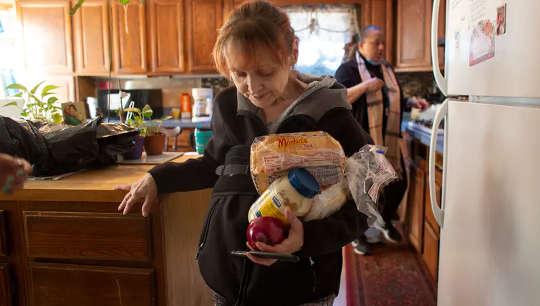 घरेलू हिंसा: मदद के लिए कॉल में वृद्धि हुई है - लेकिन जवाब किसी भी आसान नहीं मिला है
