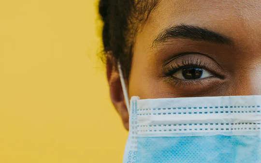 Varför vi fortfarande kan känna igen människor i ansiktsmasker