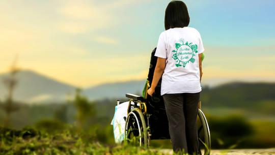 Пустая инвалидная коляска - борьба с горем после потери сына
