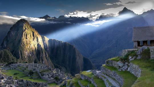 raggio di luce che brilla su Machu Picchu