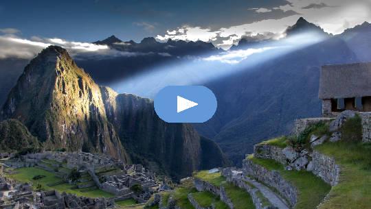 lysstråle som skinner på Machu Picchu