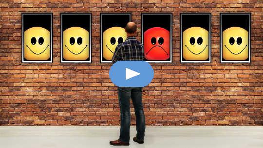 mann som ser på vinduer med smilefjes og et ikke-smilefjes