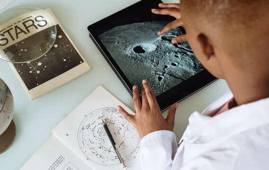Mengakses bentuk pengetahuan digital interaktif dapat membantu kanak-kanak memperdalam pemahaman mereka tentang perbendaharaan kata akademik.