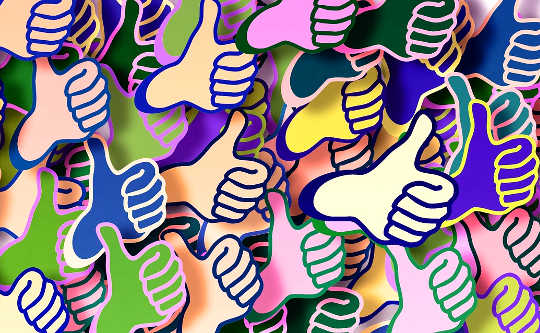 Zeichnung zahlreicher Hände mit Daumen nach oben
