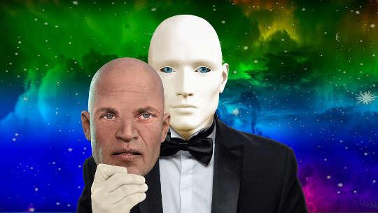 tenant un masque du visage d'un homme