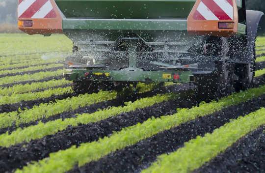 Les machines agricoles épandent de l'engrais, qui est une source majeure d'émissions agricoles.