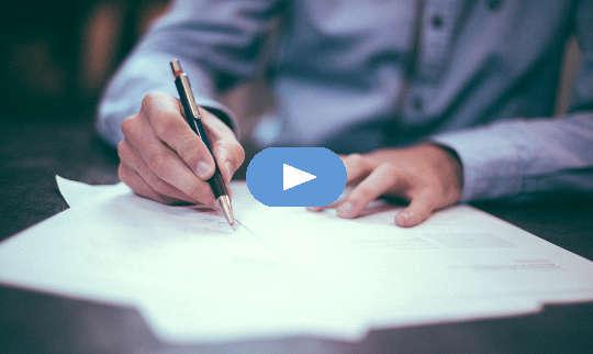 hình ảnh của một người đàn ông viết trên tờ giấy