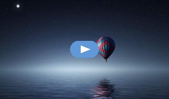 pleine lune au-dessus d'une montgolfière