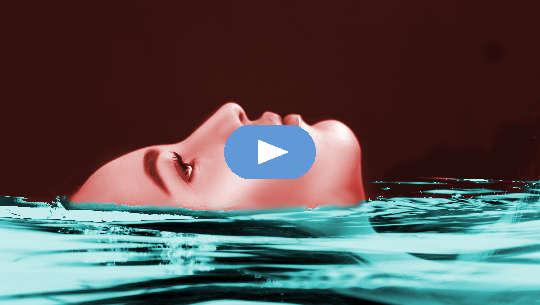 gesig van vrou wat in water dryf