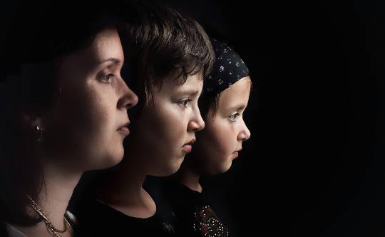 تین خواتین کے چہروں کی سائیڈ امیج ... بالغ سے دوسرے بچے تک