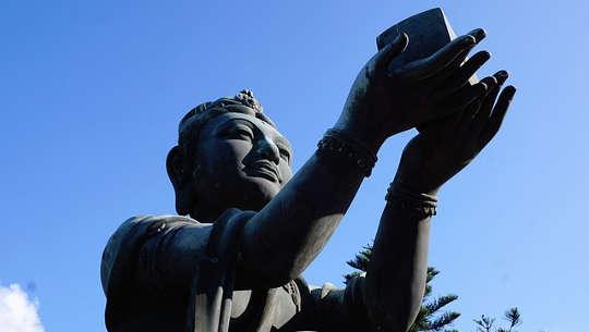 patung buddha mengangkat hadiah ke surga