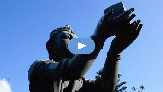 buddha staty håller upp en gåva till himlen