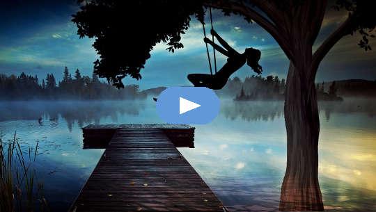 silhueta de uma garota no alto de um balanço ao entardecer, olhando para um lago nebuloso