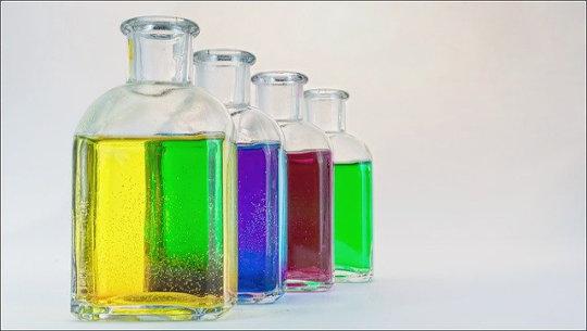 bottiglie trasparenti di acqua colorata