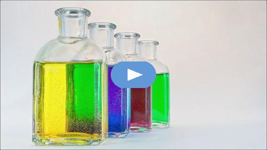 heldere flessen gekleurd water