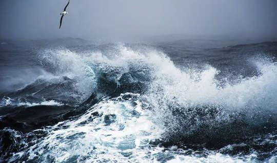 valtavat aallot meressä