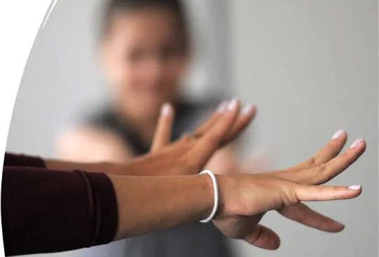 신경과학자 라나 루볼로 그래서(Lana Ruvolo Grasser)는 팔을 쭉 뻗고 연구 참가자들과 함께 긴장 풀기 운동을 합니다.
