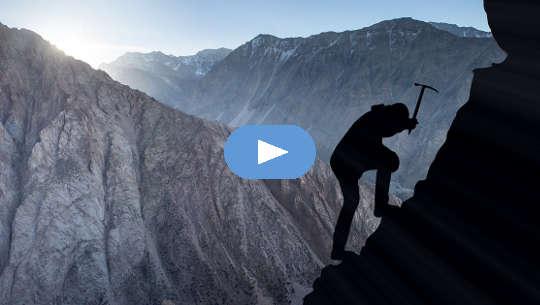 valokuva siluetti vuorikiipeilijää käyttäen pick valita itsensä