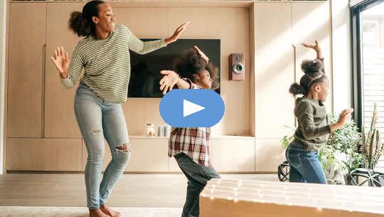 Mulher e crianças dançando alegremente