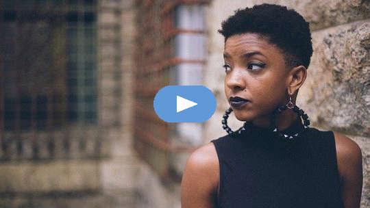 Een zwarte vrouw met Harvard-referenties