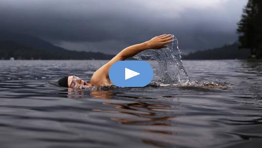 ein Schwimmer in großer Wasserfläche