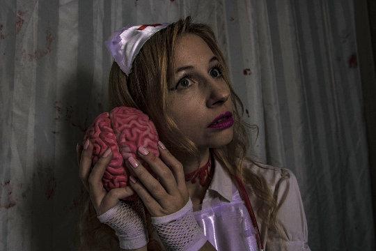 kvinne som holder opp en hjerne mot øret
