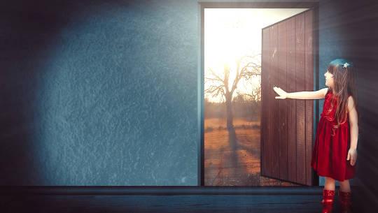 ung pige åbner en dør til ydersiden