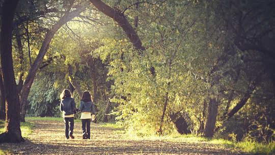 twee meisjes lopen op een pad