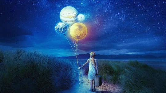 κοριτσάκι που κρατά μια βαλίτσα και μπαλόνια που μοιάζουν με τους πλανήτες