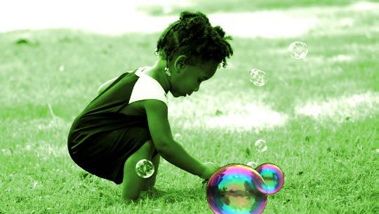παιδί που παίζει με φυσαλίδες