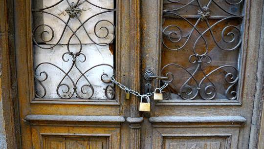 διπλές πόρτες κλειδωμένες με δύο λουκέτα