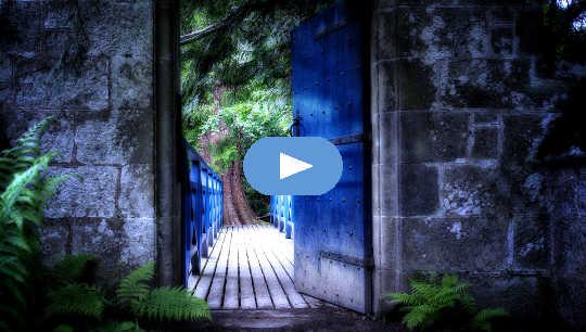 porta abrindo para uma passarela iluminada