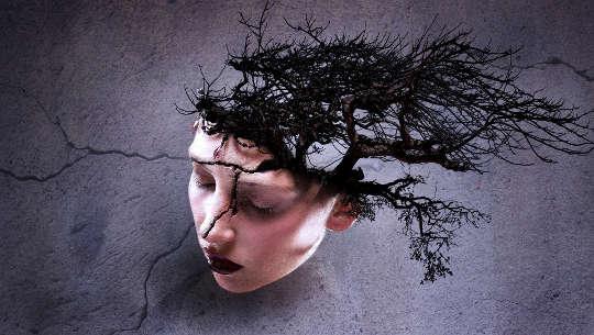 ศีรษะของผู้หญิงมีรอยแตกและมีต้นไม้งอกขึ้นจากด้านหลังศีรษะ