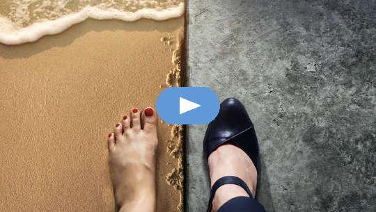 Geteilte Ansicht von 2 Füßen: 1 barfuß am Strand, der andere in schwarzen Absätzen auf einem polierten Boden