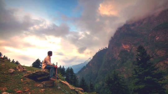 Άνθρωπος που κάθεται στη φύση το διάλειμμα της ημέρας