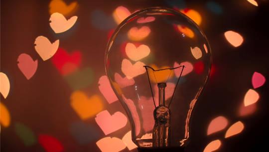 μια λάμπα που περιβάλλεται από σύμβολα καρδιάς