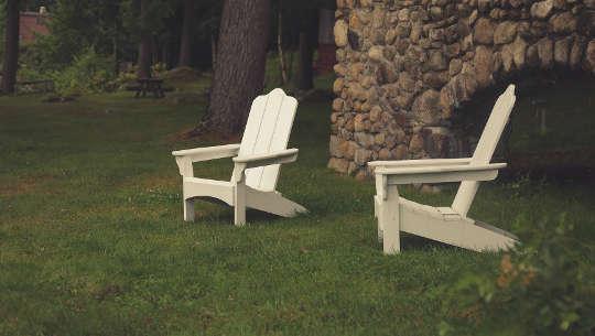 岩壁からXNUMXつの空の芝生の椅子